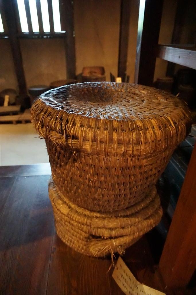 居間の囲炉裏の回りには、当時使用されていたような食器などが_7