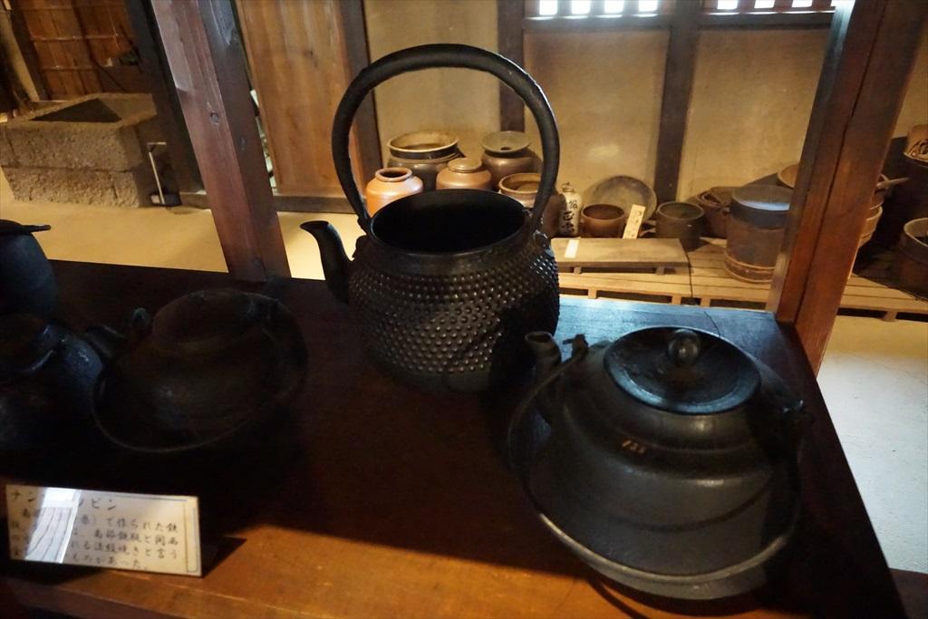 居間の囲炉裏の回りには、当時使用されていたような食器などが_8