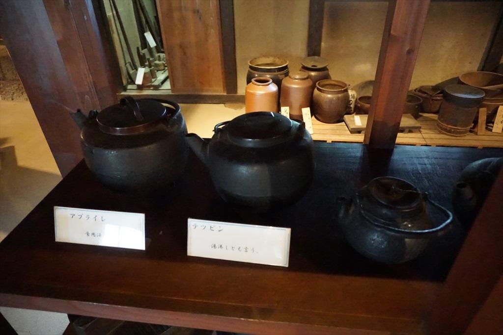 居間の囲炉裏の回りには、当時使用されていたような食器などが_9