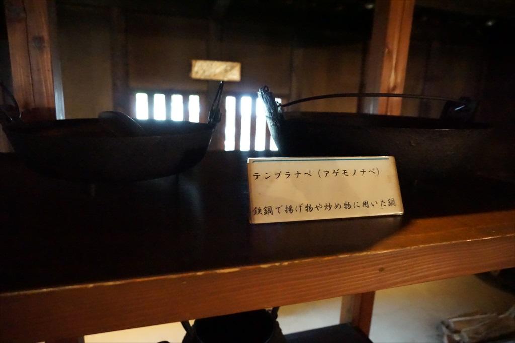 居間の囲炉裏の回りには、当時使用されていたような食器などが_11