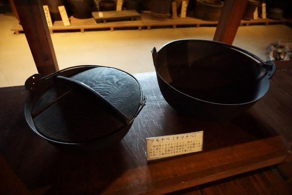 居間の囲炉裏の回りには、当時使用されていたような食器などが_13