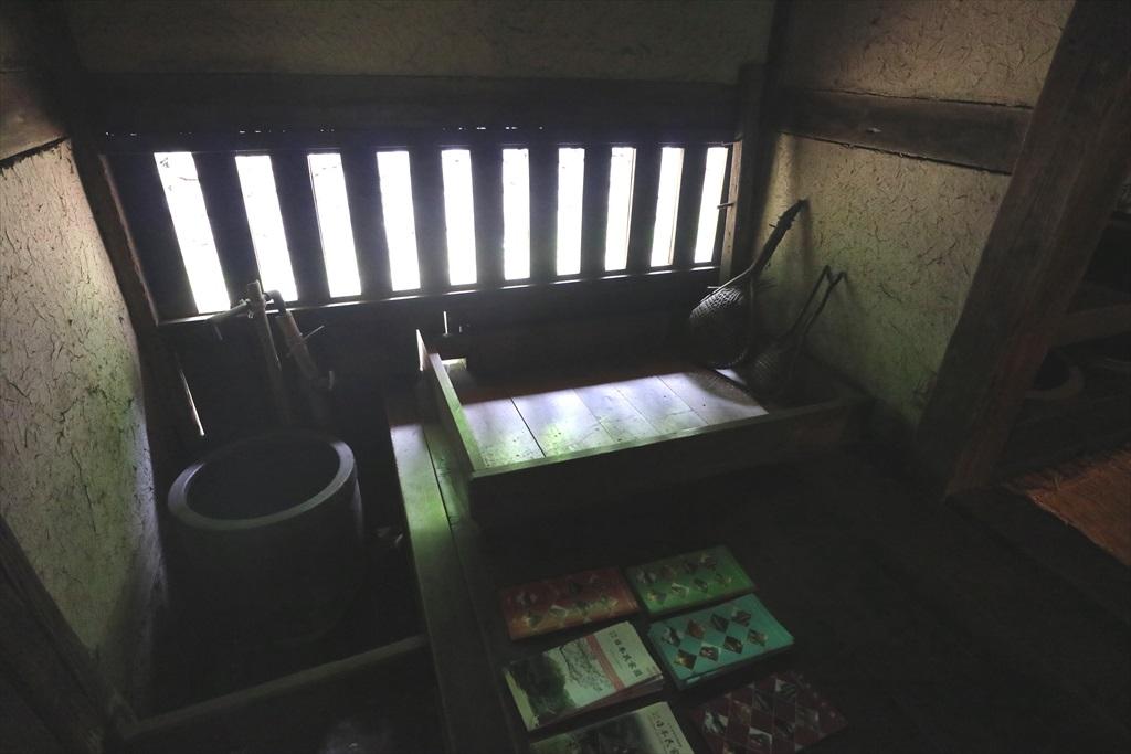 座り流しと無双窓と板張りの床も酷似
