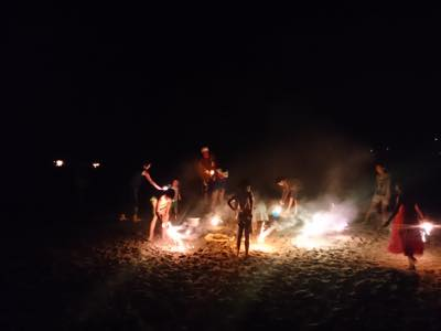 th_一色海岸で花火2