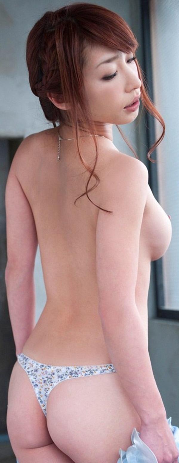 【女性の背中越し全裸ヌード】