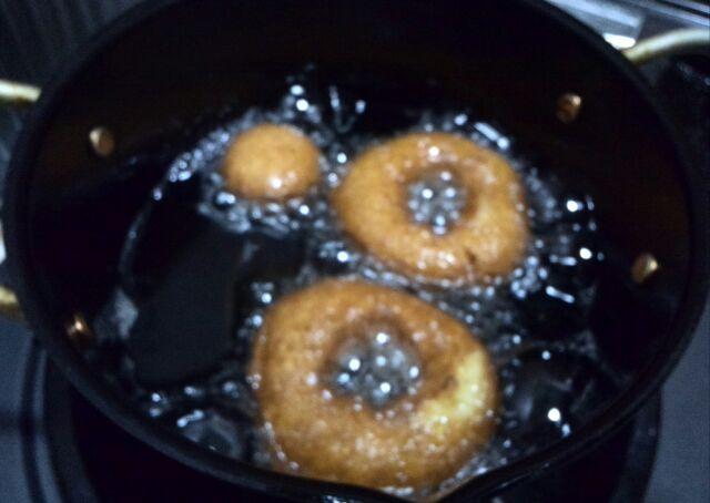 。ローカーボなリングドーナッツ揚げています