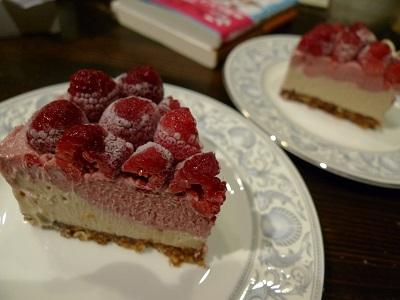 ラズベリーケーキカット