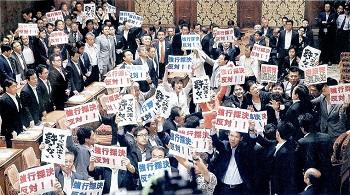 15.7.16朝日・安保採決、自公が強行