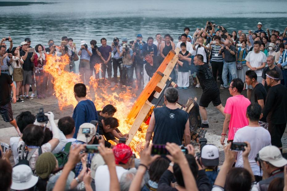 2015.07.04あばれ祭り 神輿を海へ火の中へ10