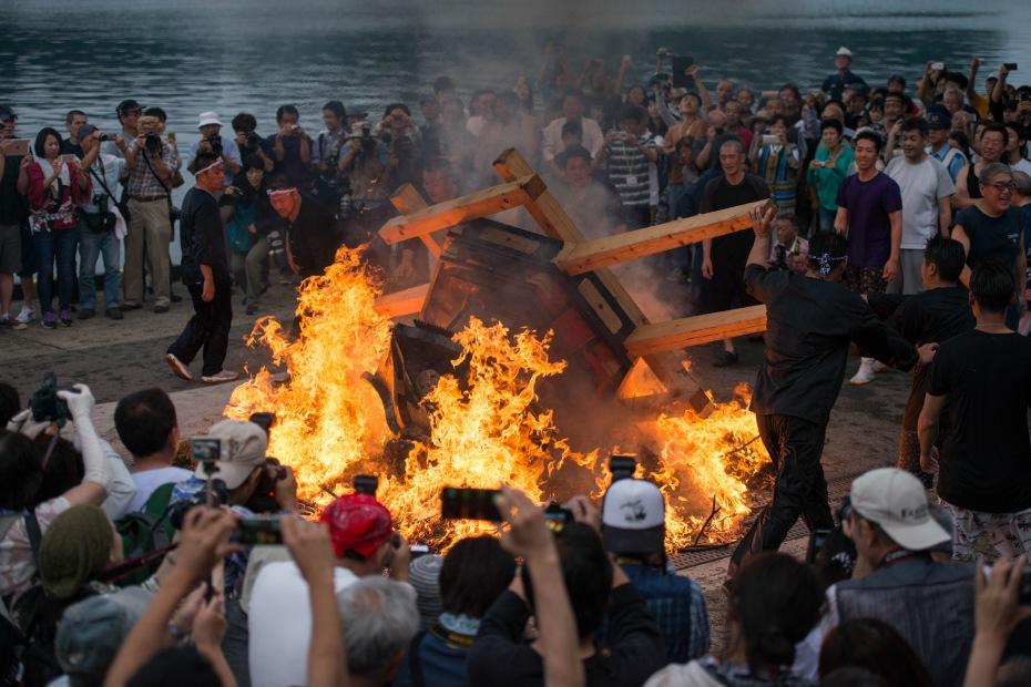 2015.07.04あばれ祭り 神輿を海へ火の中へ8