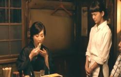みちるの作った卵焼きを食べる女将