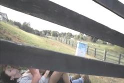 牧場でキスするクリスチャンとフェース