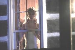 窓から見ているグレース