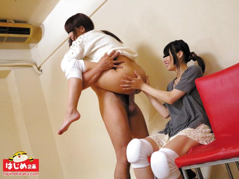 素人娘赤面! 胸チラ・パンチラ!雑巾がけ競争!! 2