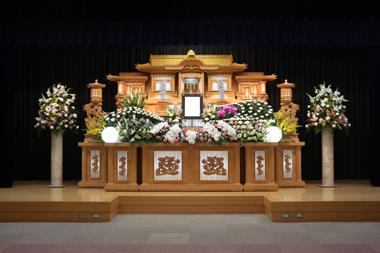 グリーンのトルコを使った爽やかな花祭壇「愛」2856