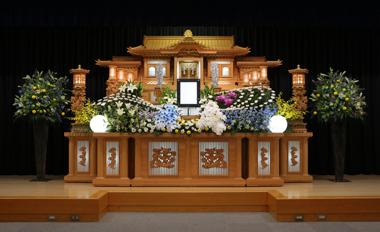 白とブルーの胡蝶蘭が入った花祭壇「愛」3106
