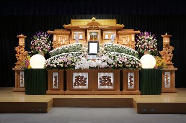 白とピンクの優しい色合いの花祭壇「雅」2847