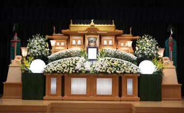 白のトルコとマムの入った花祭壇「雅」3034