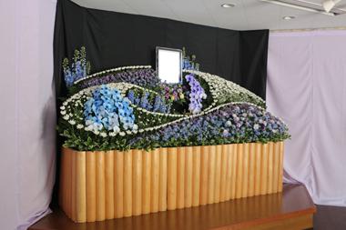 ブルーエレガンスとパープルエレガンスの入った花祭壇2362