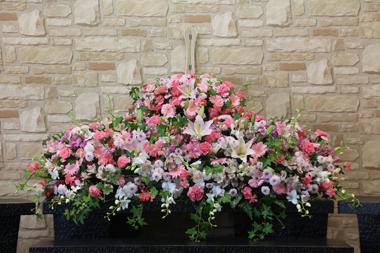 ピンクメインにアイビーが飾られた花祭壇「ジャスミン」1624