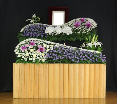 チースと白のカーネを使った花祭壇2661