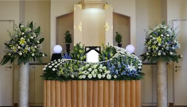 白とブルーの洋室花祭壇2364