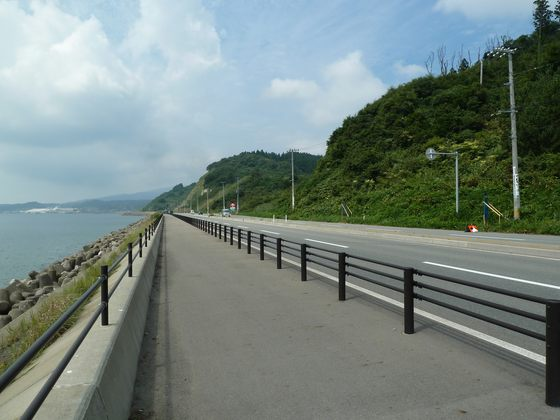 日本海を眺めながら船川街道を進む