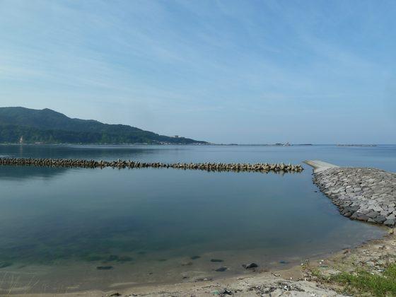 穏やかな入り江となっている戸賀湾