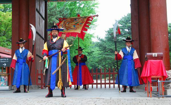 【超絶悲報】東京五輪ボランティアのダサすぎる制服、李氏朝鮮の王宮守衛の衣装と同じ配色だと判明(画像)
