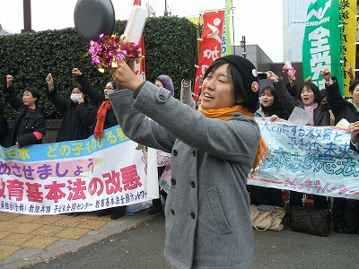 「安保関連法案に反対するママの会」西郷南海子さんに見えます。因みにこれがアップされていた当時に書き込まれた情報だと、この人物は京都大学法学部自治会委員長の和賀南海子(法学部4年生)