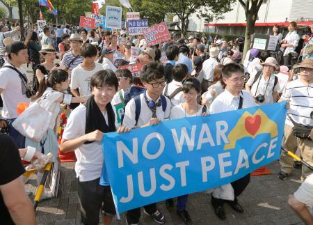 高校生が企画した、安全保障関連法案反対のデモ行進に出発する参加者=2日午後、東京・渋谷の代々木公園