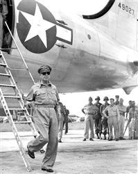 厚木飛行場に降り立ったマッカーサー元帥(1945年8月)