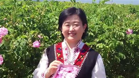花を手に微笑む女性。新幹線火災で亡くなった横浜市の整体師、桑原佳子さん(52)です。