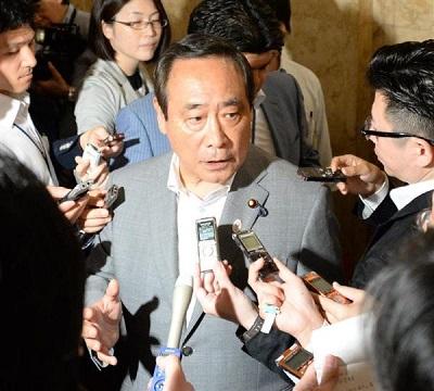 衆院本会議に出席後、報道陣の質問に答える大西英男氏=30日午後、国会内(斎藤良雄撮影)