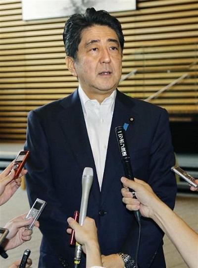 「明治日本の産業革命遺産」の世界遺産登録決定を受け、記者の質問に答える安倍首相=6日午前、首相官邸
