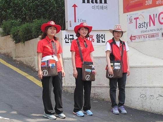 東京五輪「おもてなし制服」は、韓国の外国人観光客対応ボランティアの制服のパクリと誤解されても致し方ない。 パクリ元のソウルの制服の方が全然ましなわけだが・