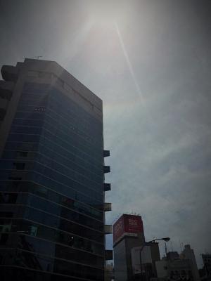 恵比寿駅前。太陽に丸い虹