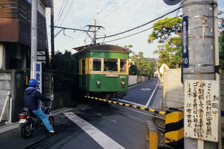 6211江ノ電_300形303編成_由比ケ浜駅前の踏切