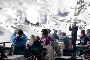 『フレンチアルプスで起きたこと』 人工的に起きたはずの雪崩は予想外に大きくなり、4人のいるテラスにまで襲いかかることに。