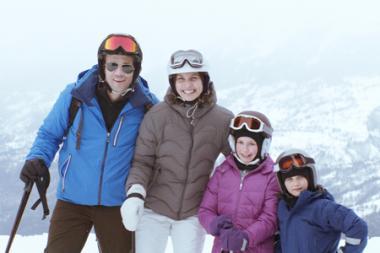 リューベン・オストルンド 『フレンチアルプスで起きたこと』 いかにもそれらしい家族写真を撮ってみせる4人。