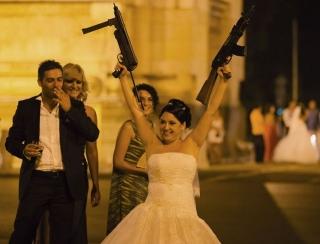 海外おもしろ結婚式画像_銃を持った花嫁