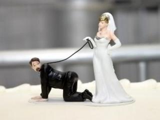 海外おもしろ結婚式画像_新郎奴隷ケーキトッパー