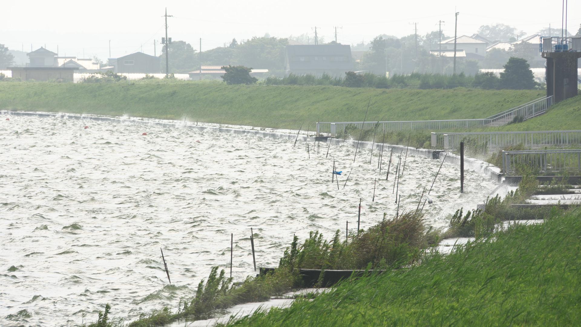 台風11号影響、波風激しい常陸川