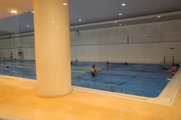 25mプールは混んでないが、泳げるのは1レーンのみ!
