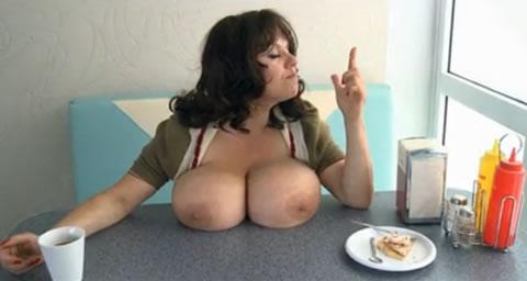爆乳をテーブルで乳休めさせる女