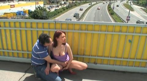 海外 屋外露出 露出プレイ好きなカップルが橋の上で人目もはばからず・・(無修正)