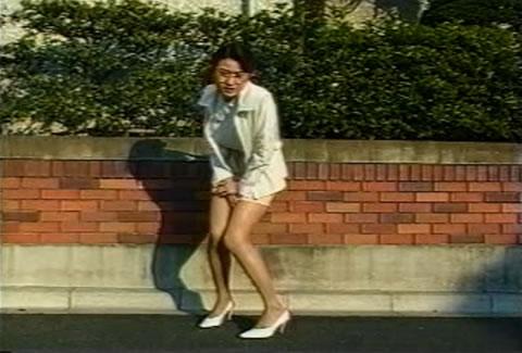 女教師が校門前でオシッコを我慢出来ずにおもらし!