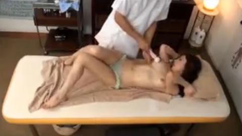 【超絶動画!】 オイルマッサージと電マで悶絶!ロケットおっぱいの可愛い若妻!!