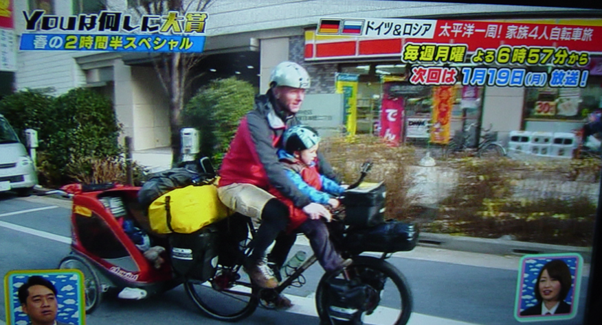 人はまだ幼く、どちらも自転車 ...