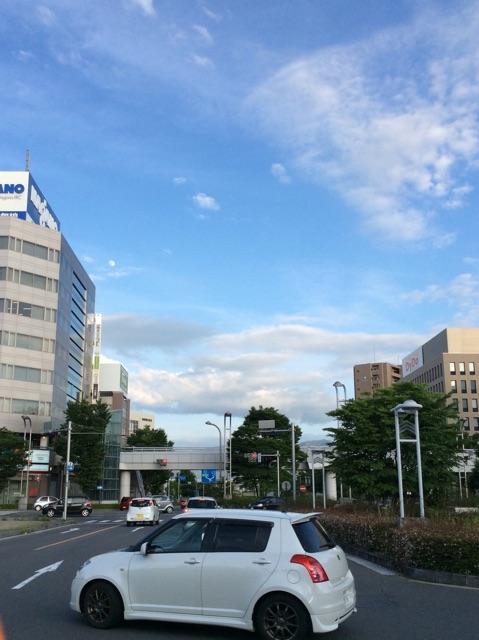 長野駅前で空を見上げて