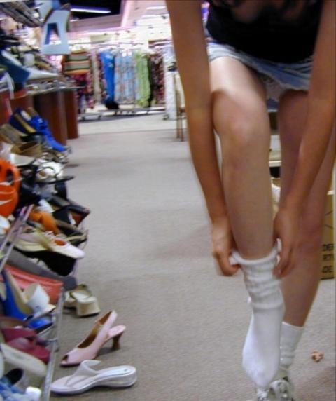 靴屋で試し履きしてる女ってパンツ丸見え率メチャ高いよなwwwwwwwwwwww(パンツ丸見え写真)